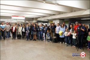 Фото. Зрители концерта классической музыки группы «Silenzium» в переходе метро площадь Ленина в Новосибирске