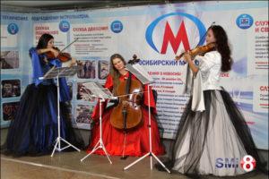 Фото. Коллектив «Silenzium». Концерт в переходе метро площадь Ленина в Новосибирске