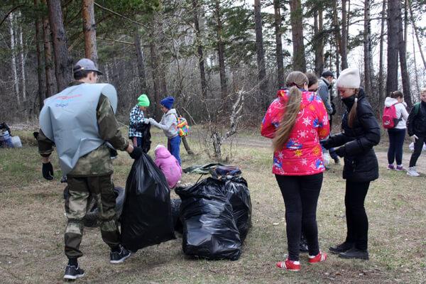 Волонтеры организовали уборку несанкционированных свалок
