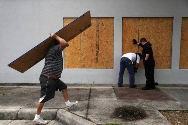 """Фото. Подготовка жителей Порт-Сент-Джо в штате Флорида к приближению урагана """"Майкл"""""""