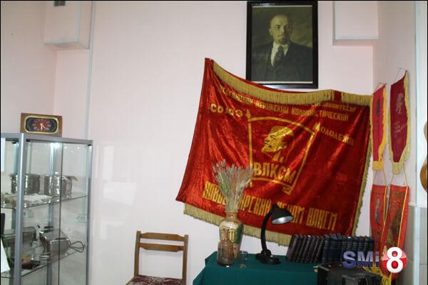 Фото. Музей НЗХК, Красный уголок со знаменем и портретом В. И. Ленина