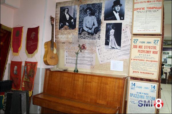 Фото. Музей НЗХК. Музыкальный уголок Советского времени