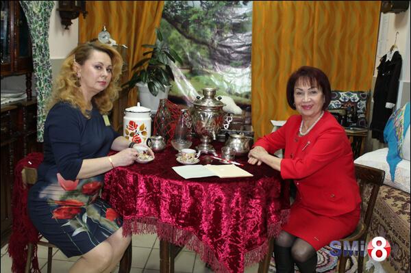 Фото. Александра Костюченко (руководитель музея) и Эллина Абарникова (методист) в музее НЗХК
