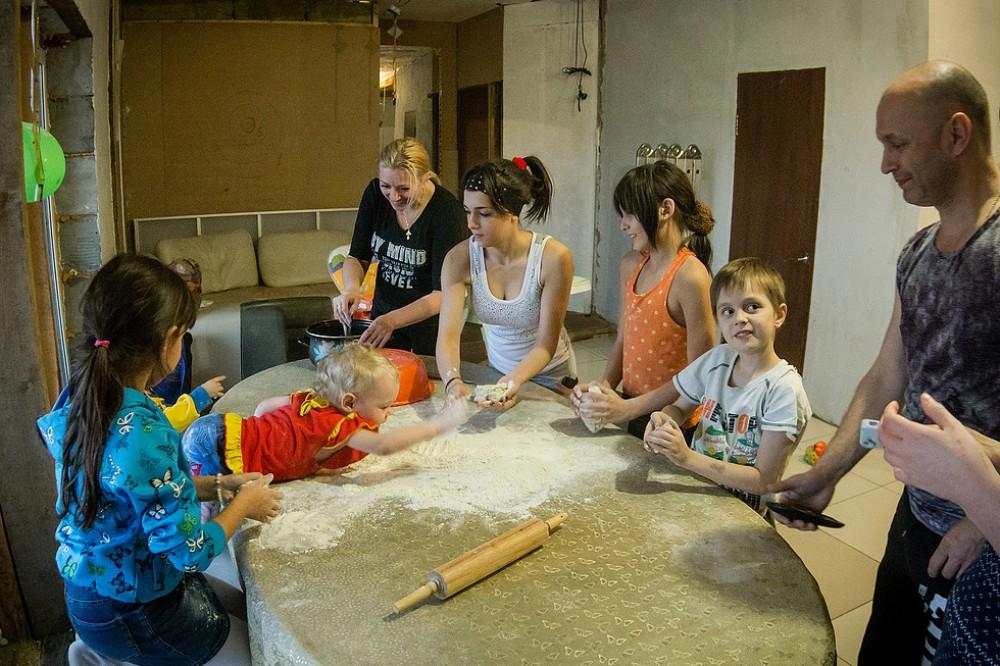 Фото. Власти Новосибирска стараются поощрять семьи, где растут приёмные ребятишки