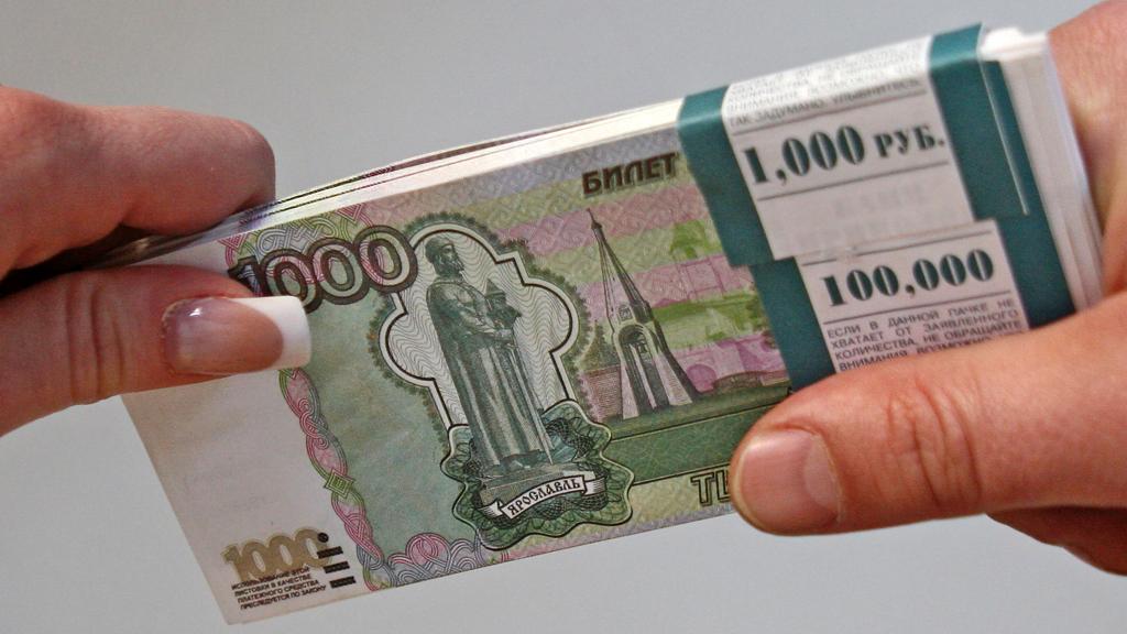 """Фото. Около 430 тысяч рублей молодые люди выманили из банкомата взамен на купюры """"Банка приколов"""""""