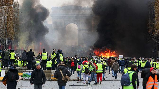 Фото. Триумфальная арка объята огнём и дымом