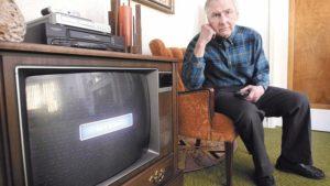Фото. Многим пенсионерам вскоре придётся избавляться от старых ламповых телевизоров