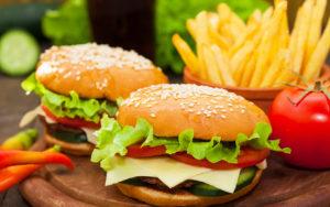 """Фото. .за один приём пищи в Макдоналдсе мы """"съедаем"""" около 700 калорий"""