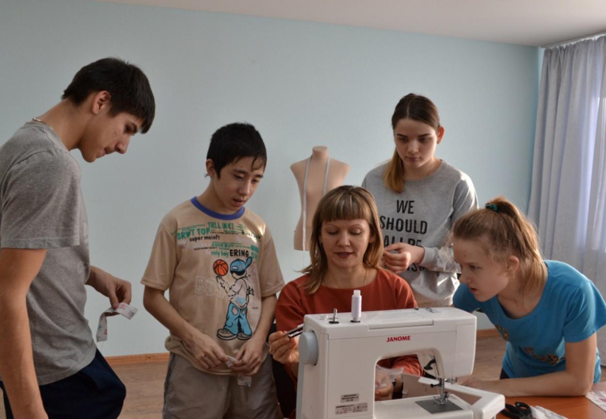 """Фото. Дети-сироты из Центра """"Жемчужина"""" на занятиях по швейному мастерству в рамках проекта """"Мир профессий. Первые шаги"""""""