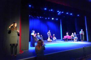 Фото. Сурдопереводчик на сцене в спектакле «Shakespearеия»