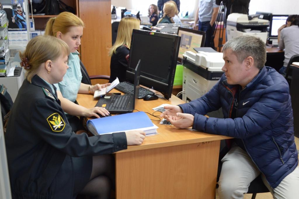 Фото. Приставы нагрянут на место работы должника, чтобы взыскать суммы до 100 тысяч рублей