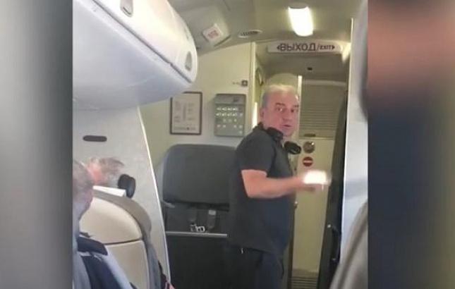 "Фото. Солист ""Чайфа"" Владимир Шахрин возмутился невыносимой жаре в салоне самолёта"