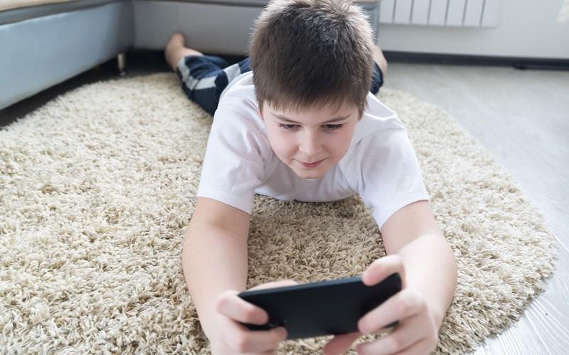 Фото. Дети, зависимые от гаджетов, отстают в учёбе и могут приобрести психические расстройства