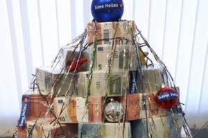 Арт-объект состоит из толстых пачек иностранных купюр