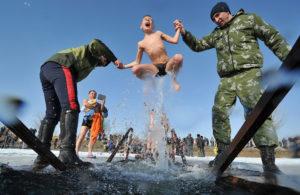 Фото. На Крещенские купания в прорубь окунаются россияне всех возрастов