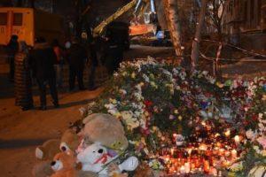 Фото. Рядом с местом трагедии выросла гора из игрушек в память о погибших под завалами малышах