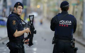 Фото. Испанские полицейские нашли у подозреваемых огнестрельное оружие, марихуану и тысячу евро наличными