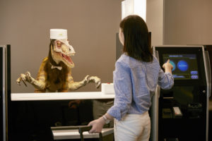 Фото. Даже этого говорящего динозавра скоро заменят на живого хостес