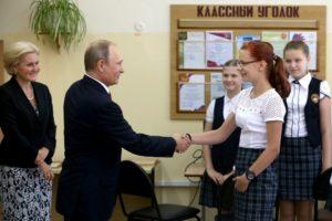 Владимир Путин поддерживает учителей и обещает следить за уровнем их зарплат