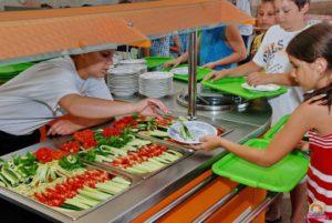 Фото. Вскоре школьники Новосибирска будут накладывать еду в столовой самостоятельно