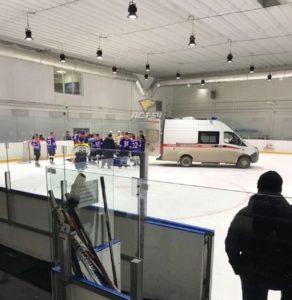Фото. Спасти умершего хоккеиста не удалось