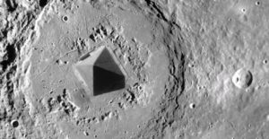 Фото. Снимки, сделанные Уорингом, склоняют учёных к мысли о том, что Луна - это база инопланетян.