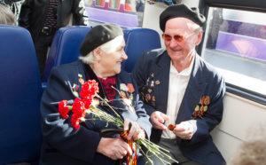 Фото. Ветераны смогут не платить не только за билеты, но и за постельное бельё и питание в поездах в течение всего мая
