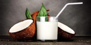 Фото. Врачи рекомендуют пить кокосовое и миндальное молоко вместо коровьего