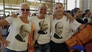 Фото. Россияне готовы хоть сейчас собирать чемоданы