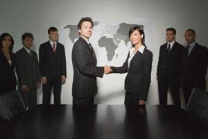 Фото. Лучшие работники, по мнению Минтруда, заслуживают не только устной похвалы, но и крепкого рукопожатия