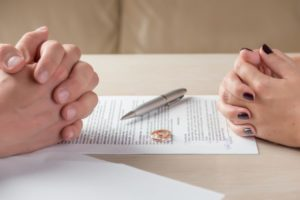 Фото. В договоре молодожёны отдельным пунктом прописывают вопрос о долгах и кредитах