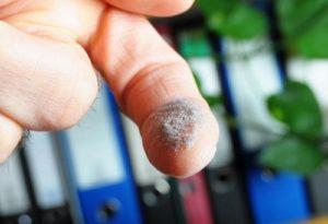 Фото. Пыль содержит коло 70 канцерогенов, которые способствуют накоплению жира