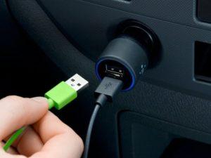 Фото. Провода, вставленные в прикуриватель, могут расплавиться и привести к замыканию