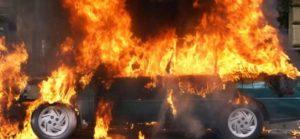 Фото. Вода, оставленная в жару в салоне авто, становится огнеопасной