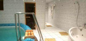 """Фото. Бассейн и джакузи в сауне гостиницы """"Северная"""" в Новосибирске"""