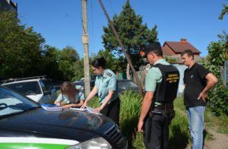 Фото.Судебные приставы изымают автомобиль