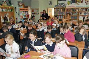 Фото. Из-за переполненных классов ученики хуже усваивают материал