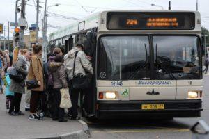 Фото. Пассажиры в автобусе испытывают неудобства
