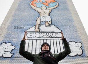 Фото. Путин держит на своих плечах земной шар