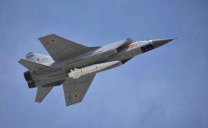 Истребитель-перехватчик МиГ-31, несущий новейшую ракету «Кинжал»