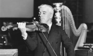 Фото. Чарли Чаплин играет на скрипке