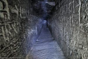 Фото. Длинный коридор в меловой пещере.