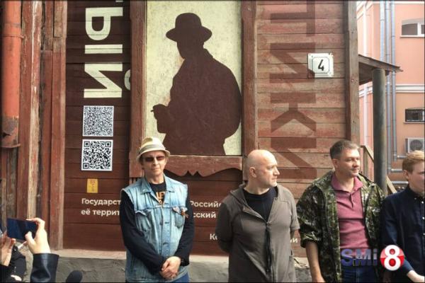 Фото. Иван Охлобыстин и Захар Прилепин в ожидании пресс-конференции