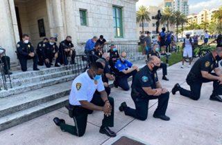 Фото. В США полицейские присоединяются к уличным протестам
